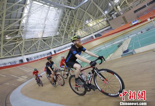 两名英国大学生从伦敦万里骑行至中国为公益募款